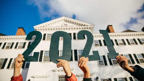 students holding up the numbers 2021